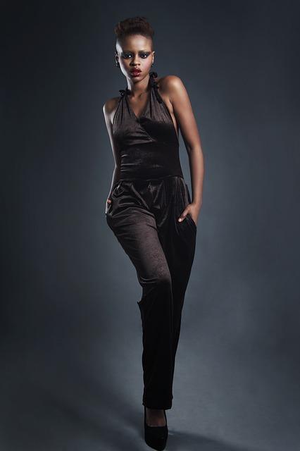 Ein schicker schwarzer Overall, der auch im Alltag getragen werden kann.
