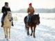 Ausritt auf dem Pferd im Winter im Schnee.